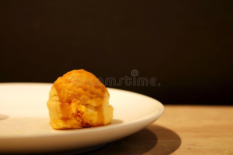 Chinesisches Gebäck mit goldenem Eigelbfadeninnere auf weißer Platte lizenzfreie stockfotos