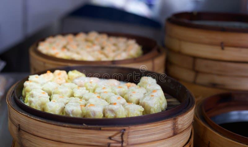 Chinesisches gedämpftes dimsum in den Bambusbehältern stockfotos