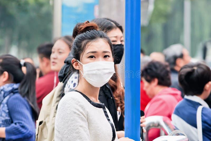 Chinesisches gril mit Atemschutz gegen Smog, Peking, China lizenzfreie stockbilder