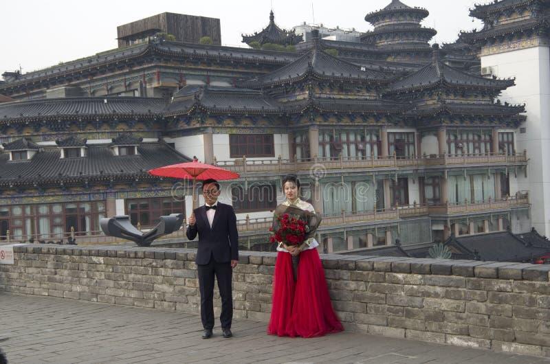 Chinesisches Heiratsbild auf alter Stadtmauer Xi'an lizenzfreie stockbilder