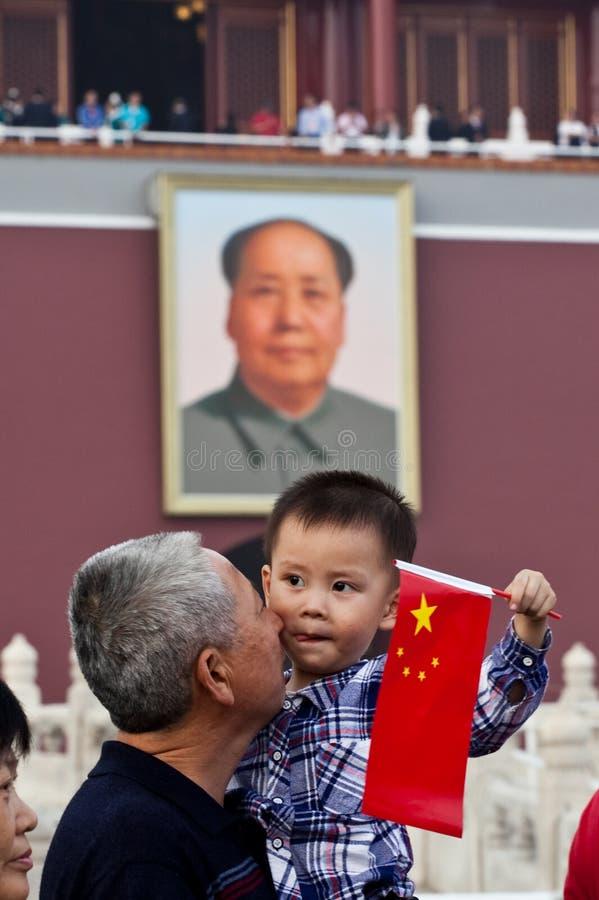 Chinesisches Kind und Vorsitzendermao-Portrait lizenzfreies stockfoto
