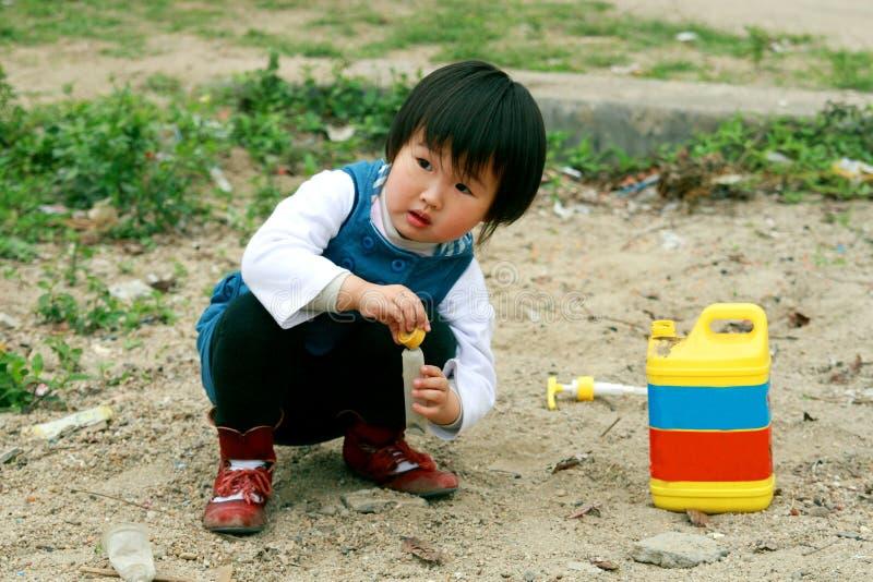 Chinesisches Kindspielen. stockfoto