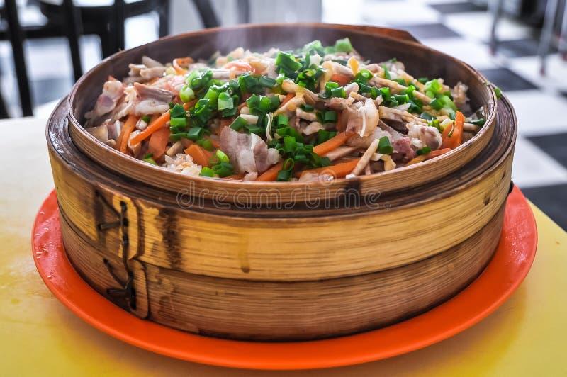Chinesisches Lebensmittel - gedämpfter Reis mit Gemüse und Fleisch stockbilder