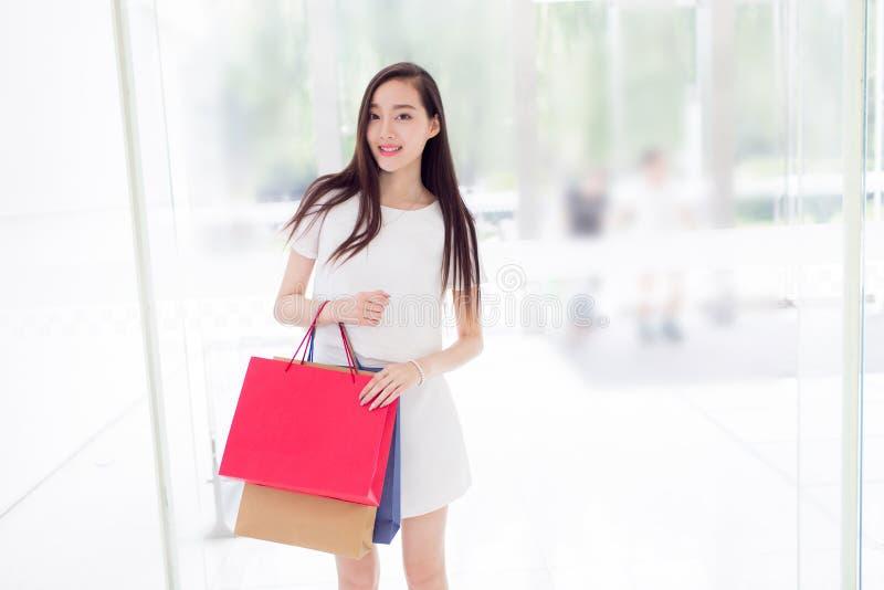 Chinesisches Mädchen im Einkaufszentrum lizenzfreies stockbild