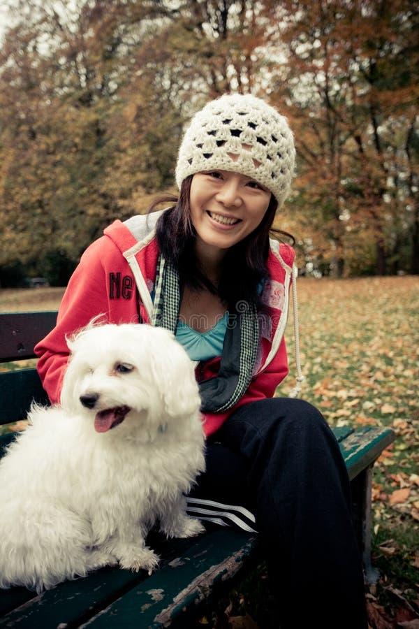 Chinesisches Mädchen mit einem Hund lizenzfreies stockfoto