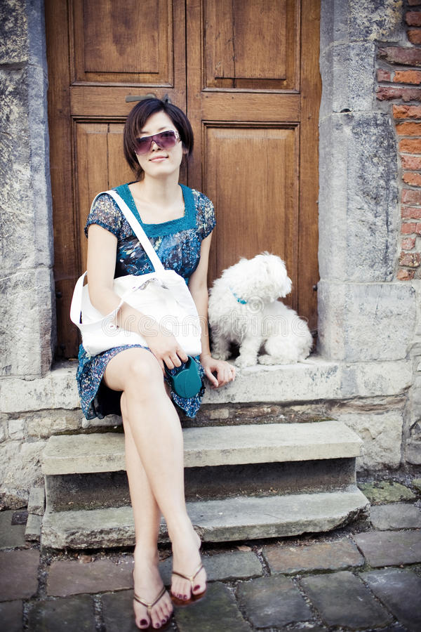 Chinesisches Mädchen mit einem Hund stockfotografie