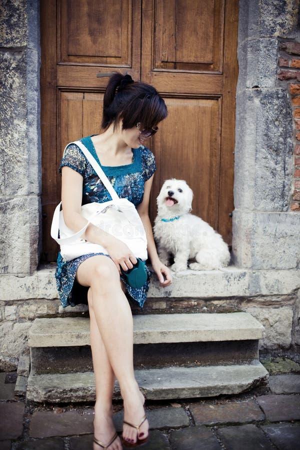Chinesisches Mädchen mit einem Hund lizenzfreie stockbilder