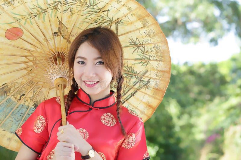 Chinesisches Mädchen mit Kleid traditionelles Cheongsam stockfotografie