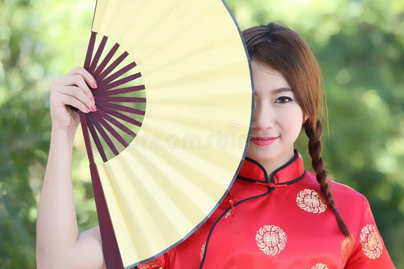 Chinesisches Mädchen mit Kleid traditionelles Cheongsam stockfoto