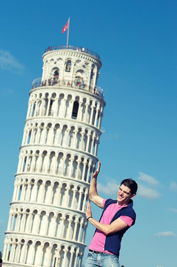 Chinesisches Mädchen mit lehnendem Kontrollturm von Pisa stockfotos