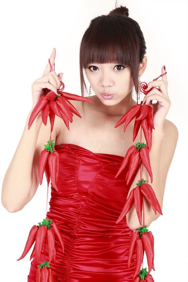 Chinesisches Mädchen mit rotem Pfeffer lizenzfreie stockfotos