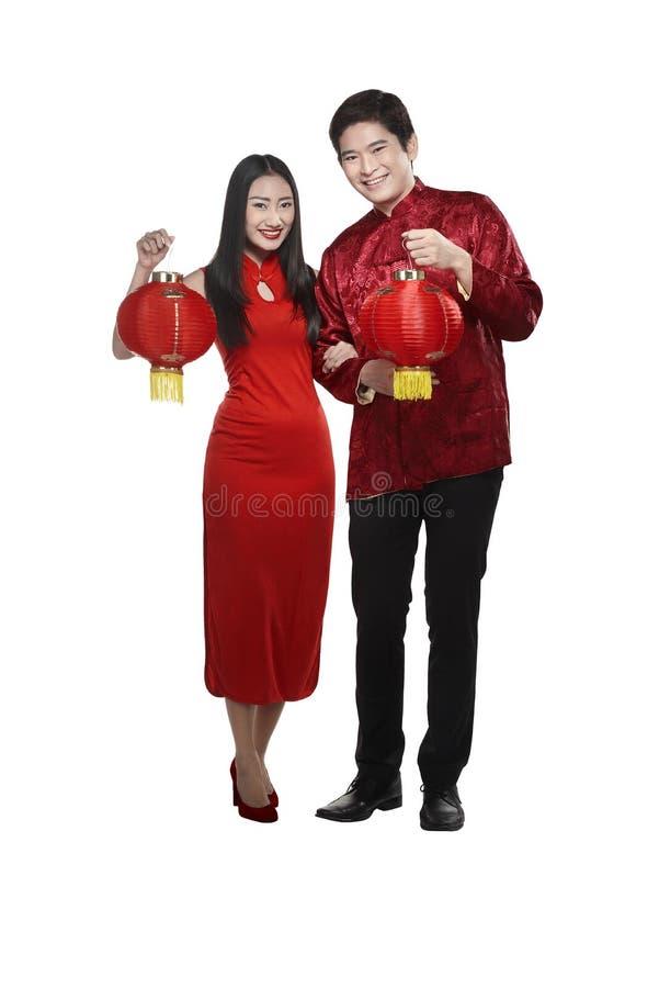 Chinesisches Paarabnutzung cheongsam, das Laterne hält stockbilder