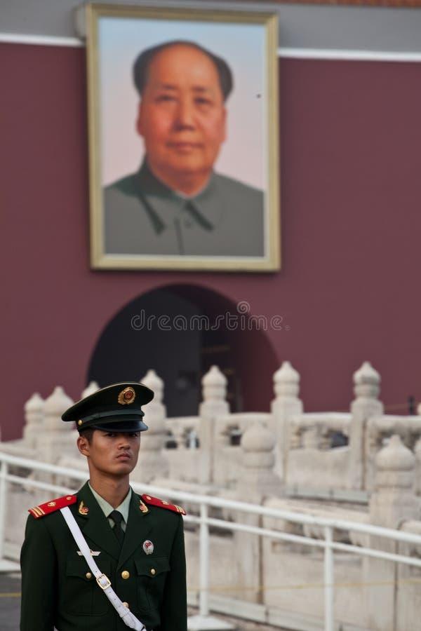 Chinesisches Soldat und Vorsitzendermao-Portrait lizenzfreie stockfotografie