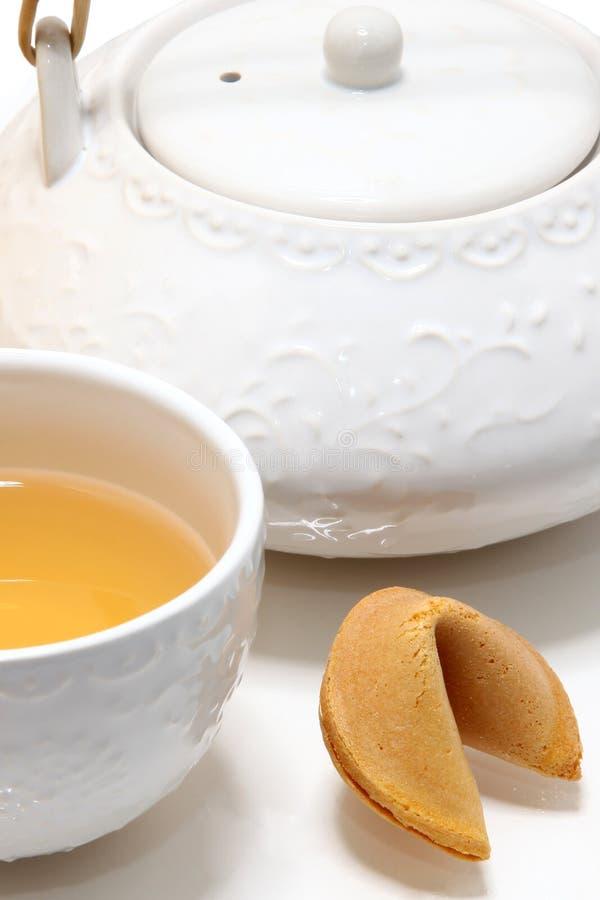 Chinesisches Vermögens-Plätzchen und grüner Tee lizenzfreies stockfoto