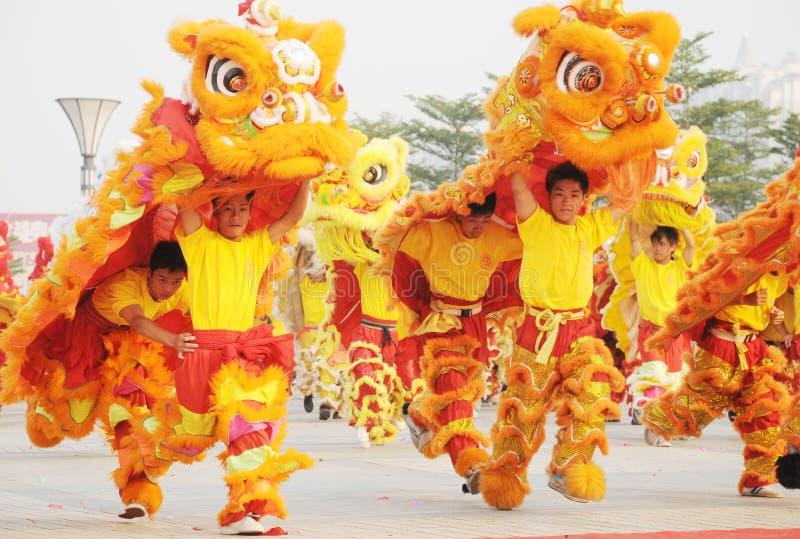Chinesisches Volk, das Löwetanz spielt lizenzfreies stockfoto