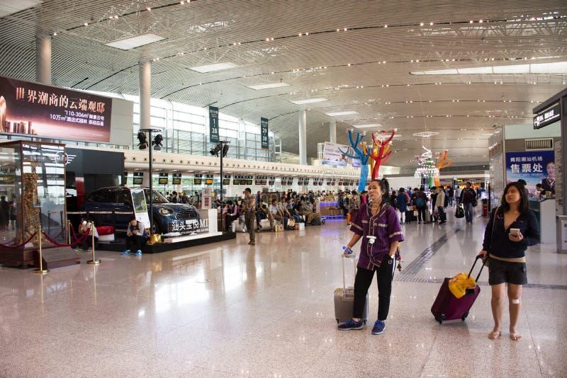 Chinesisches Volk und fremde Reisende, die Besuch und Wartezeitabfertigung an internationalem Flughafen Jieyangs Chaoshan bei Swa stockfotos
