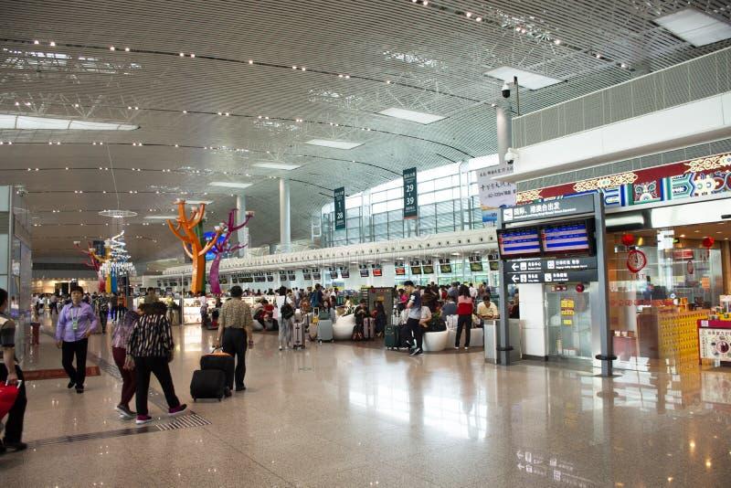 Chinesisches Volk und fremde Reisende, die Besuch und Wartezeitabfertigung an internationalem Flughafen Jieyangs Chaoshan bei Swa stockbild