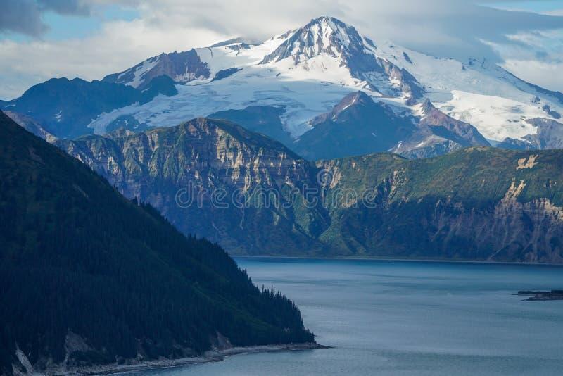 Chinitna Podpalany i góra Illiamna, Alaska obrazy royalty free