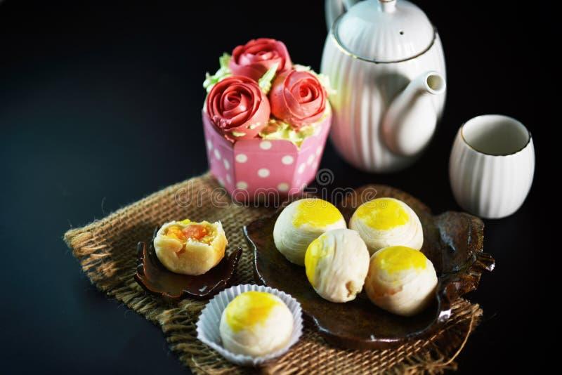 Chino - el postre tailandés hecho de la harina al calor que cocía trituró las habas de oro rellenas con la yema de huevo salada,  foto de archivo