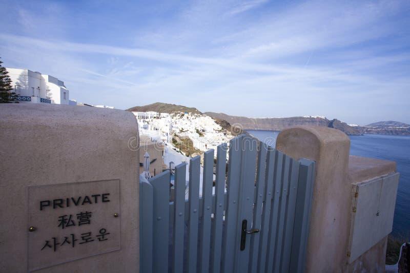 Chino - ninguna entrada - firme en una puerta en Oia, Santorini, Grecia fotografía de archivo libre de regalías