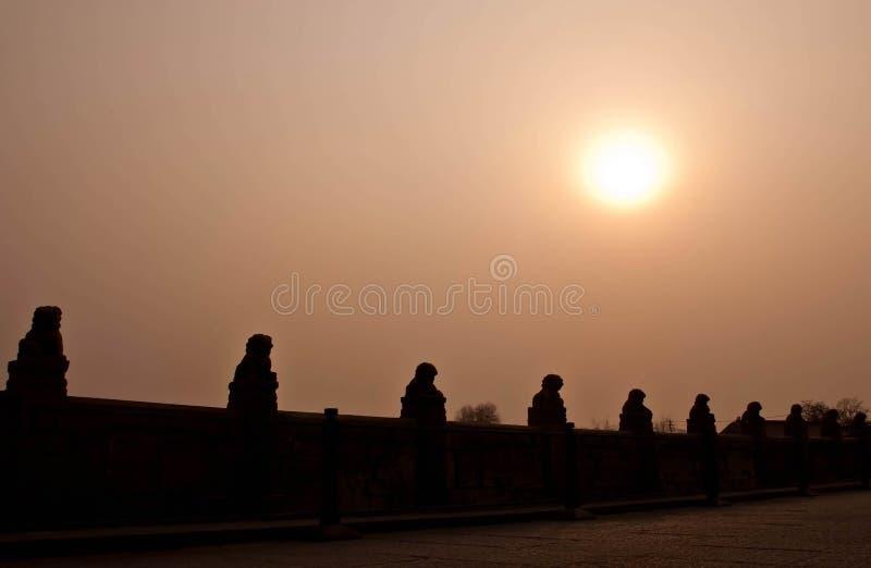 Chinois traditionnel Lion Silhouette en pierre sur Marco Polo Bridge image stock