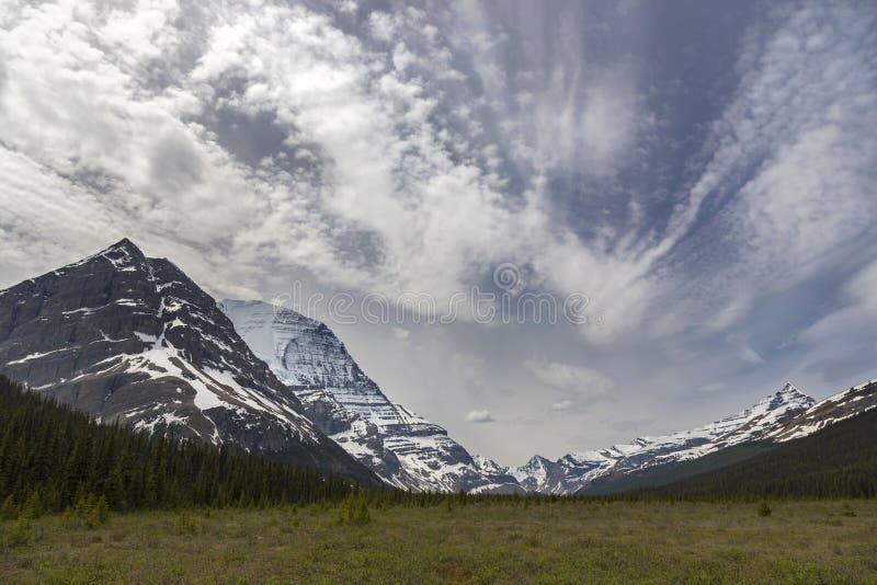 Chinook bewölkt Himmel über Berg Robson in Rocky Mountains lizenzfreies stockfoto