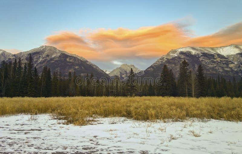 Chinook fördunklar dramatiska himmelbergmaxima Canmore Alberta Foothills Canadian Rockies arkivfoto