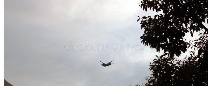 Chinook-helikopter die in het bewolkte weer van Chandigarh vliegen stock afbeeldingen