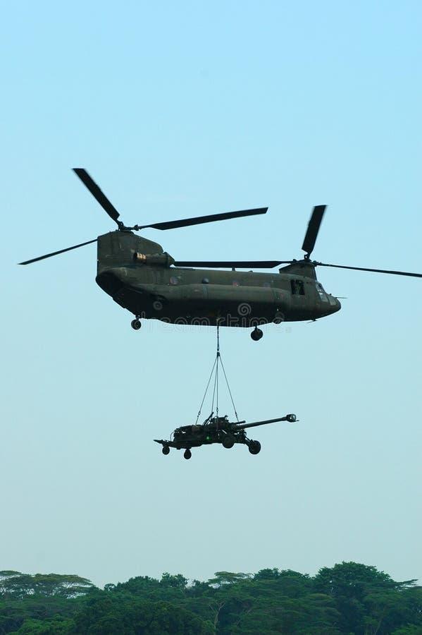 Chinook Helikopter met Underslung Artillerie stock afbeelding