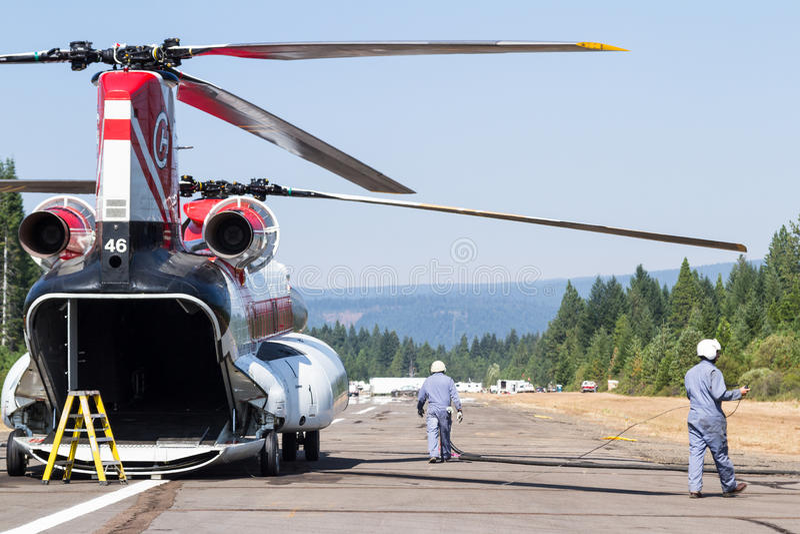 Chinook helikopter och brandbesättning royaltyfri fotografi