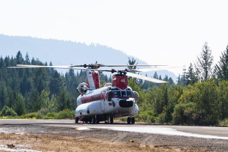 Chinook helikopter och brandbesättning royaltyfri bild