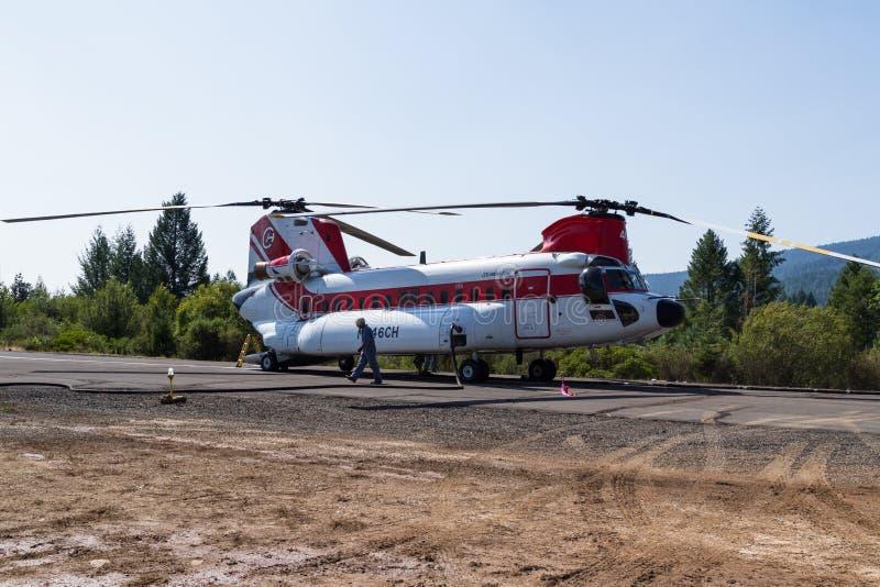 Chinook helikopter och brandbesättning royaltyfria bilder