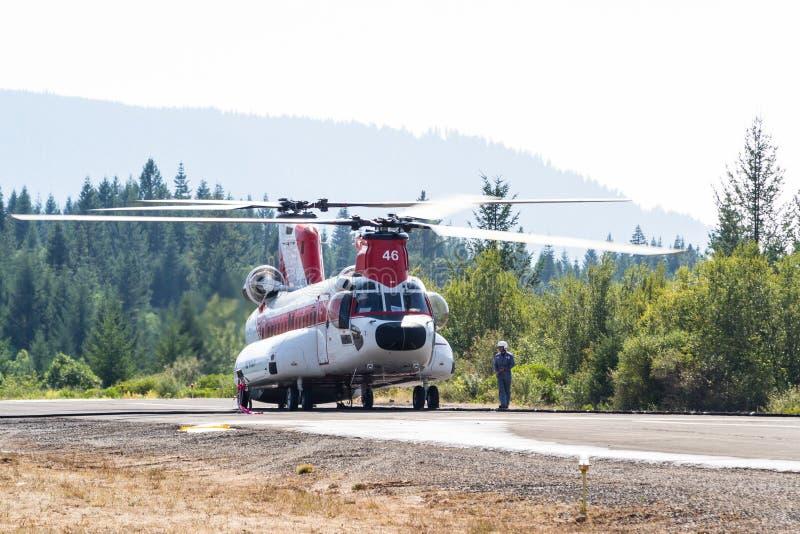 Chinook załoga gaśnicza i helikopter obrazy royalty free