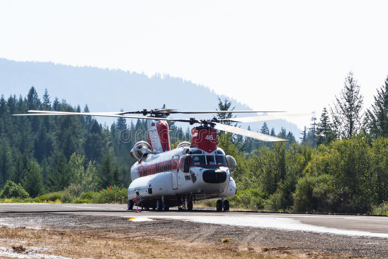 Chinook załoga gaśnicza i helikopter obraz royalty free