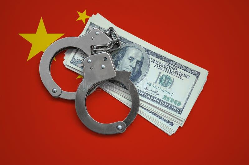 Chiny flaga z kajdankami i plik dolary Waluty korupcja w kraju pieniężni przestępstwa fotografia royalty free