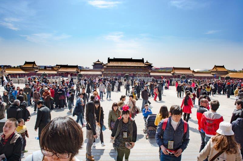 Chiny, Pekin, Tiananmen, goście w Niedozwolonym mieście, Mszalna turystyka zdjęcia stock