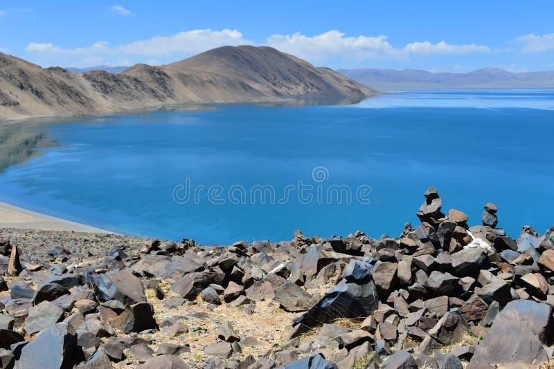 Chiny, Tybet, święty półdupka Co jezioro w letnim dniu zdjęcie stock