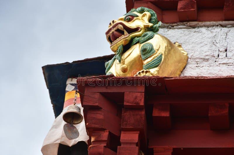 Chiny, Tybet, Lhasa Antyczny monaster Pabongka w Czerwcu, 7th wieków budynki Element wystrój, mityczny pies obrazy royalty free
