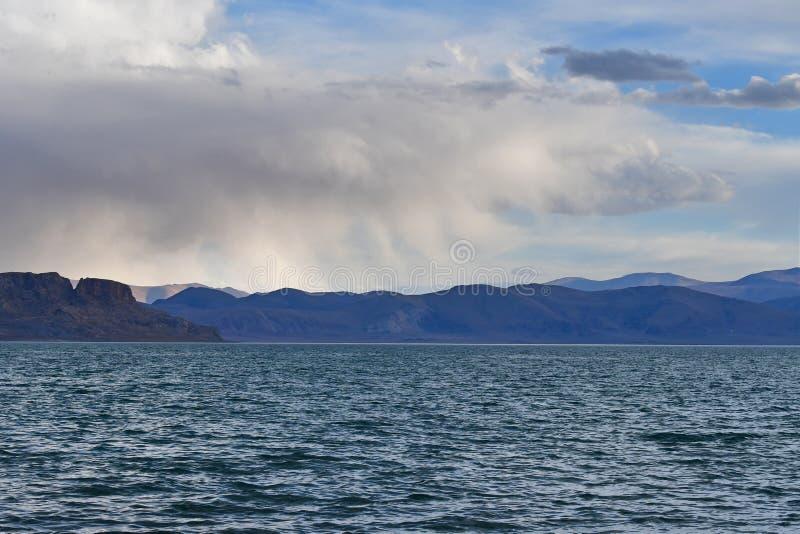 Chiny Wielcy jeziora Tybet Deszcz nad jeziornym Teri Tashi Namtso w pogodnej lato pogodzie obraz stock