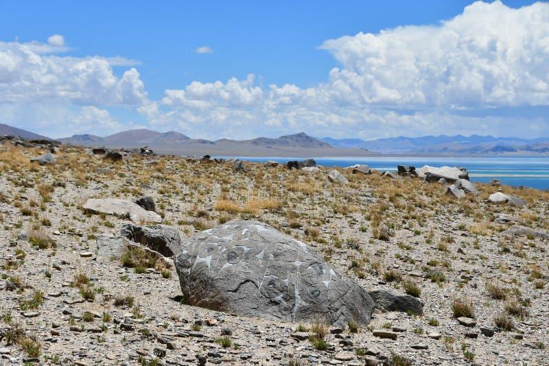 Chiny Wielcy jeziora Tybet Kamień z mantrami na sklepie Jeziorny Teri Tashi Namtso w pogodnym letnim dniu zdjęcie royalty free