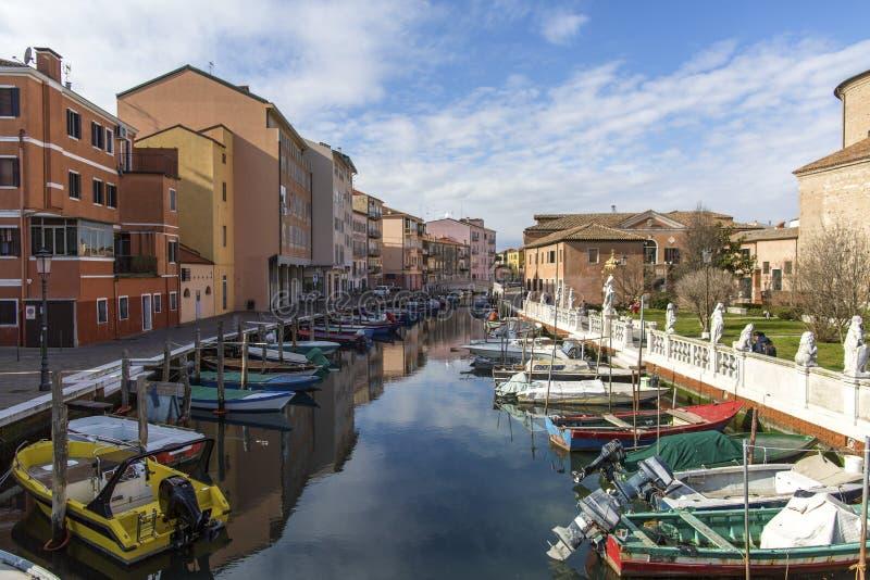 Chioggia, Венеция, Италия: ландшафт старого городка и канала с рыбацкими лодками и старинными зданиями стоковые изображения