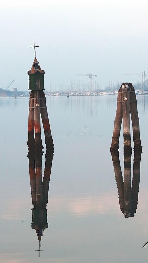E 威尼斯式浮体在港口 库存图片