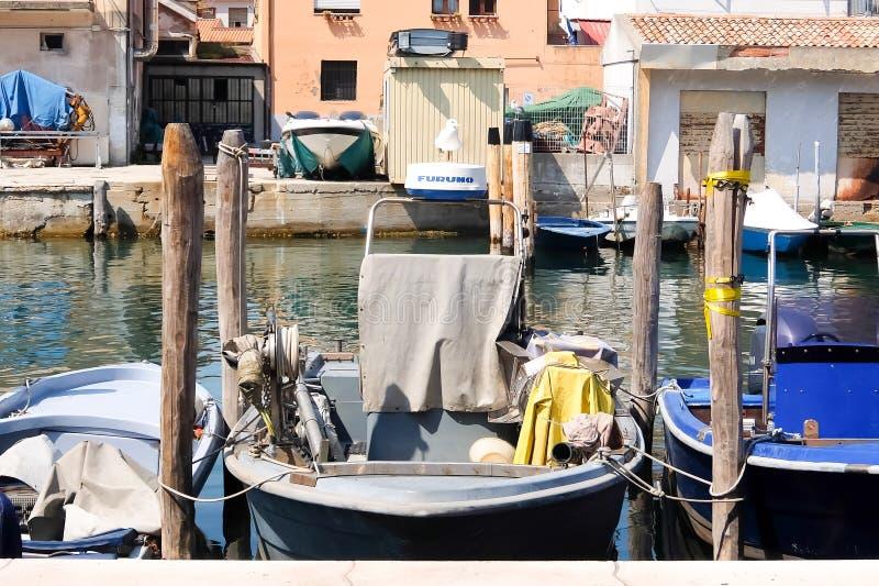 Chioggia, Itali? Vissersboten langs de waterkant die van de stad worden vastgelegd royalty-vrije stock foto