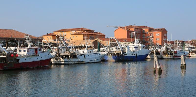 Chioggia, VE, Italia - 11 febbraio 2018: pescherecci attraccati dentro immagini stock libere da diritti