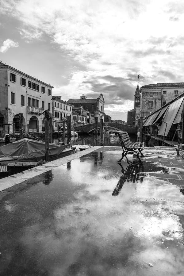 Chioggia, Wenecja, Włochy: krajobraz stary miasteczko i kanał z łodziami rybackimi i antycznymi budynkami Czarny I Biały Photogr fotografia royalty free