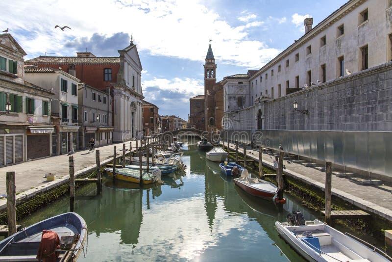 Chioggiastad in Venetiaanse lagune, waterkanaal en kerk Veneto, Italië, Europa Historisch centrum van Chioggia Zonnige dag in Chi royalty-vrije stock afbeelding