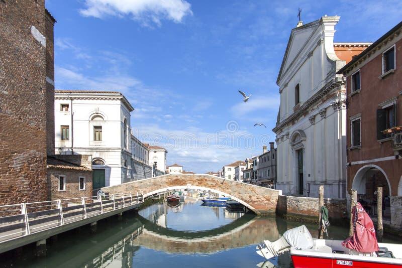 Chioggiastad in Venetiaanse lagune, waterkanaal en kerk Veneto, Italië, Europa Historisch centrum van Chioggia Zonnige dag in Chi stock foto's