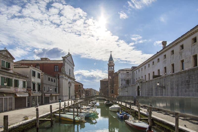 Chioggiastad in Venetiaanse lagune, waterkanaal en kerk Veneto, Italië, Europa Historisch centrum van Chioggia Zonnige dag in Chi royalty-vrije stock foto's