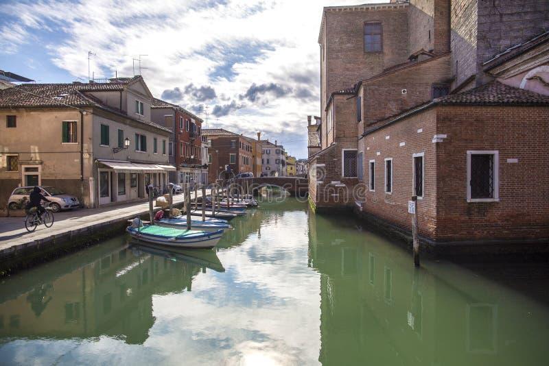 Chioggiastad in Venetiaanse lagune, waterkanaal en zon Veneto, Italië, Europa Historisch centrum van Chioggia Zonnige dag in Chio royalty-vrije stock foto's