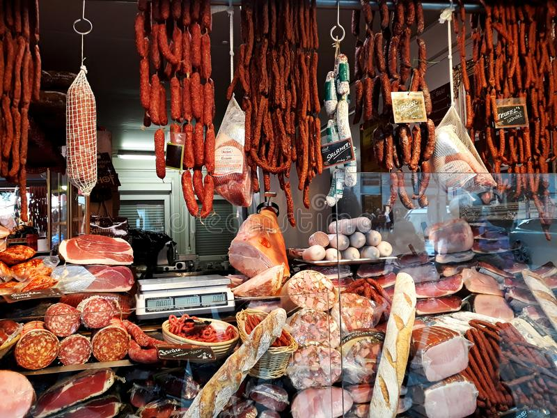Chiosco che vende selezione enorme dei prodotti a base di carne tradizionali fotografia stock libera da diritti